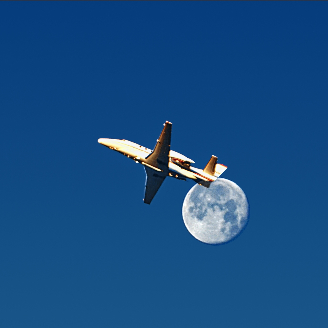 00-morningfullmoon-plane-DSC03882A